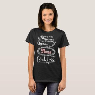 Camiseta Ella puede ser princesa Queen Her Nona Is la diosa