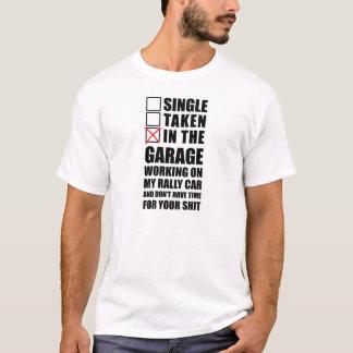 Camiseta En el garaje que trabaja en mi coche de la reunión