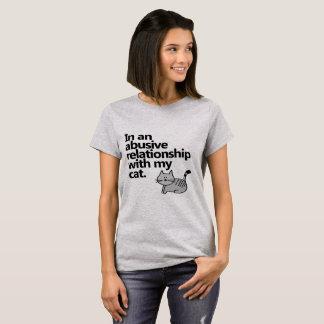 Camiseta En una relación abusiva con mi gato