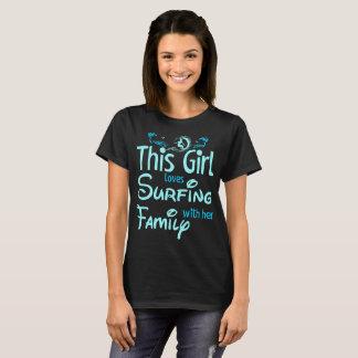 Camiseta Este chica ama el practicar surf con su familia al