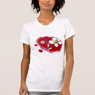 Camiseta flor blanca sobre rojo.