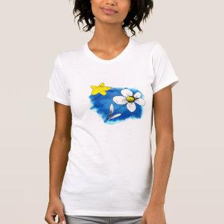 Camiseta flor y estrella sobre azul.