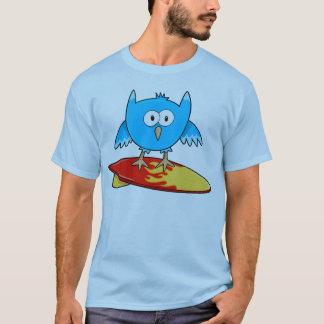 Camiseta fresca loca del búho que practica surf