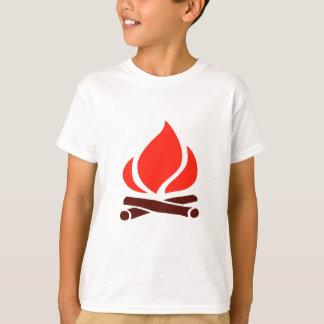 Camiseta fuego caliente en chimenea