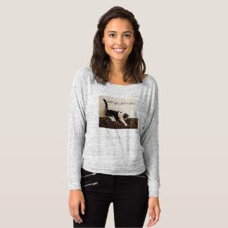 Camiseta Gato en el sofá - el mensaje dice que el amor