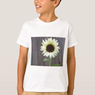 Camiseta Girasol blanco contra una cerca resistida