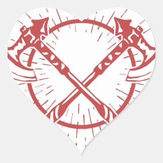 Camiseta gráfica cruzada del leñador de las hachas pegatina en forma de corazón
