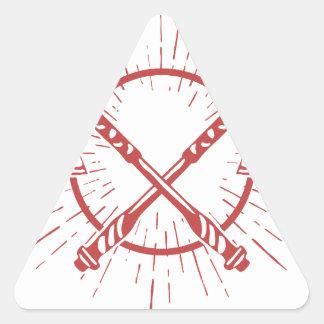Camiseta gráfica cruzada del leñador de las hachas pegatina triangular