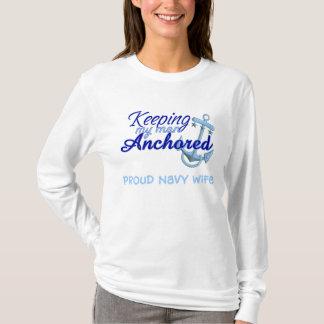 Camiseta guardando mi hombre anclado: esposa orgullosa de