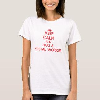 Camiseta Guarde la calma y abrace a un empleado de correos