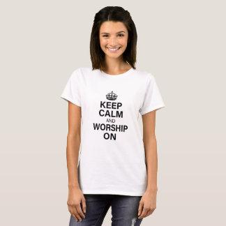 Camiseta Guarde la calma y adore encendido