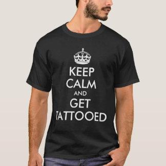Camiseta Guarde la calma y consiga tatuado