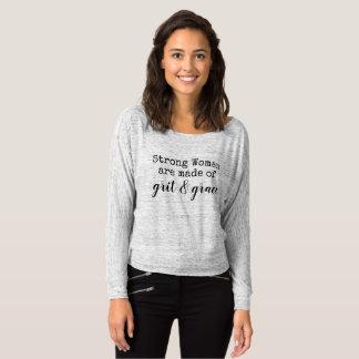Camiseta hacen la mujer fuerte de arena y de tolerancia