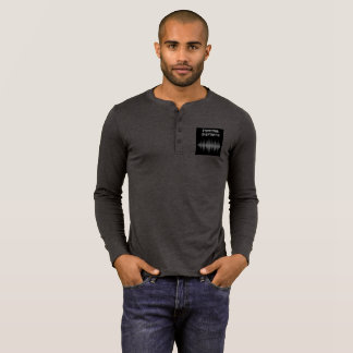 Camiseta Henley del investigador de los hombres