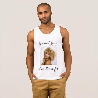 Camiseta hermosa y joven para los varones