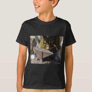 Camiseta Herrero que forja manualmente el metal fundido