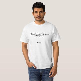 """Camiseta """"La comida más peligrosa es un pastel de bodas. """""""