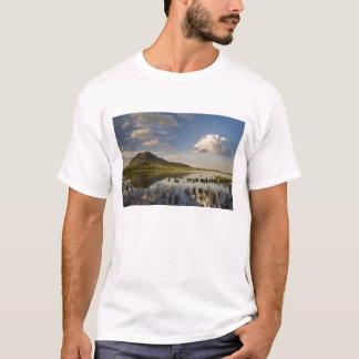 Camiseta La mota del oso refleja en el lago butte del oso