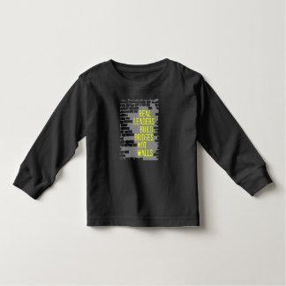 Camiseta larga oscura de la manga del niño real de