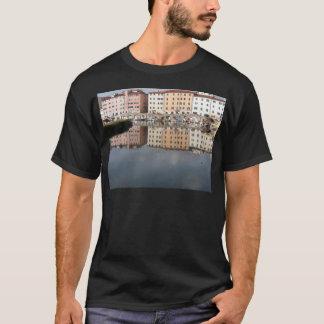 Camiseta Las casas y los barcos se reflejan en el agua