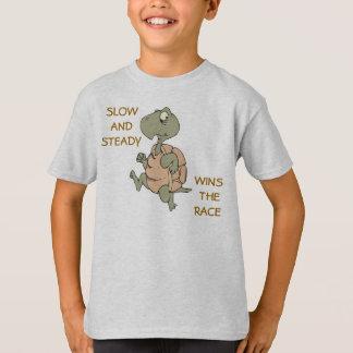 Camiseta lento y gana constantemente la tortuga corriente