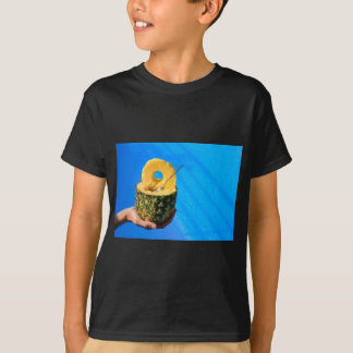 Camiseta Mano que sostiene la piña fresca sobre piscina