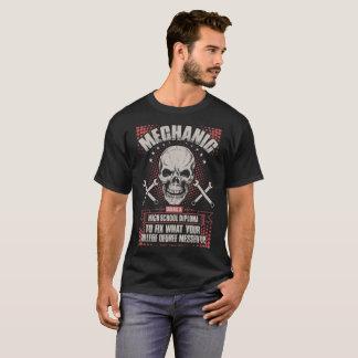 Camiseta Mecánico que usa un diploma de enseñanza