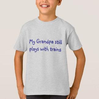 Camiseta Mi abuelo todavía juega con los trenes