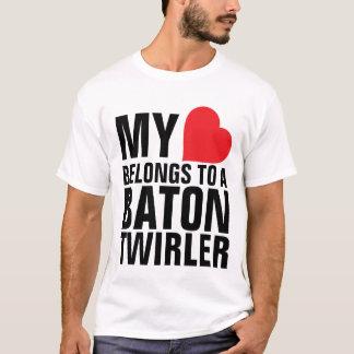 Camiseta Mi corazón pertenece a un Twirler de bastón