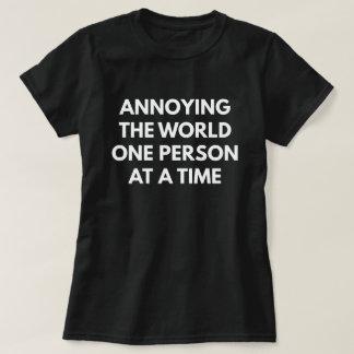 Camiseta Molestando a la persona del mundo uno a la vez