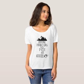 Camiseta Montañas móviles con la fe y el café