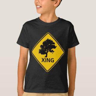 Camiseta Muestra de la carretera de la travesía del árbol