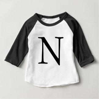 Camiseta negra con monograma inicial de la letra N