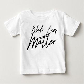 Camiseta negra manuscrita del bebé de la materia