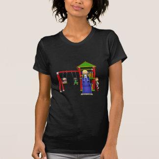 Camiseta Niños del dibujo animado en un patio