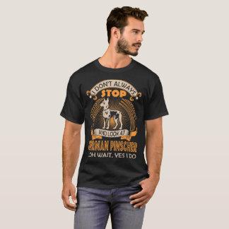 Camiseta No miro siempre el perro alemán del Pinscher que