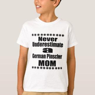 Camiseta Nunca subestime a la mamá alemana del Pinscher