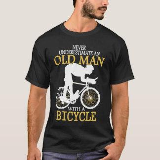 Camiseta Nunca subestime al viejo hombre de la bicicleta