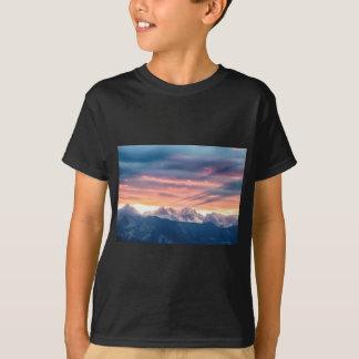 Camiseta Ondas de la puesta del sol de la montaña rocosa de