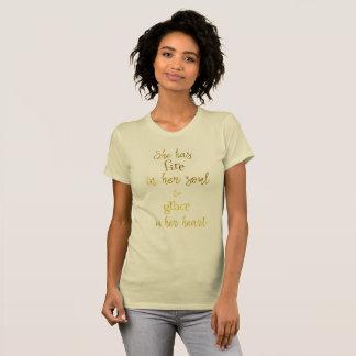 Camiseta Oro: Ella tiene fuego en su cita del alma