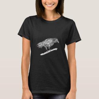 Camiseta oscura del cuervo