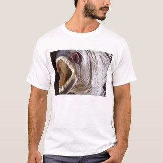 Camiseta Pescados de la piraña como el trofeo en la madera