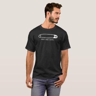 Camiseta Pin de seguridad - Usted es seguro. (Oscuridad)