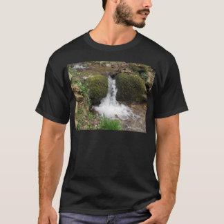 Camiseta Poca cascada por las rocas cubiertas de musgo en