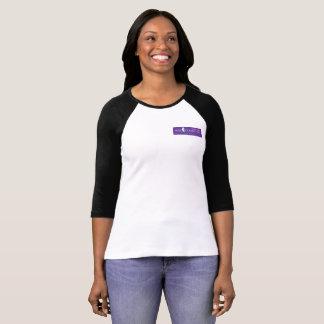 Camiseta púrpura del raglán del logotipo de las