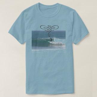Camiseta que practica surf azul para los hombres