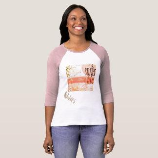 Camiseta que practica surf para las mujeres