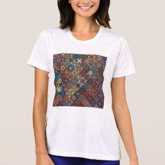 Camiseta Remiendo del vintage con los elementos florales de