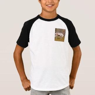 Camiseta Reno que camina en bosque