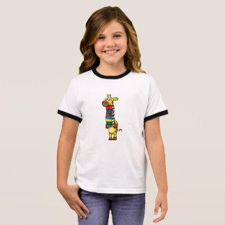 Camiseta Ringer Jirafa que sostiene los libros